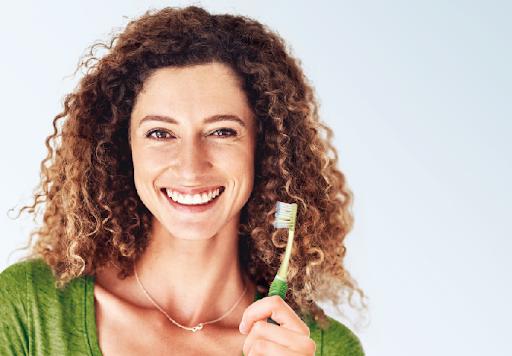 Jaką szczoteczkę do zębów wybrać, by mieć piękny uśmiech?